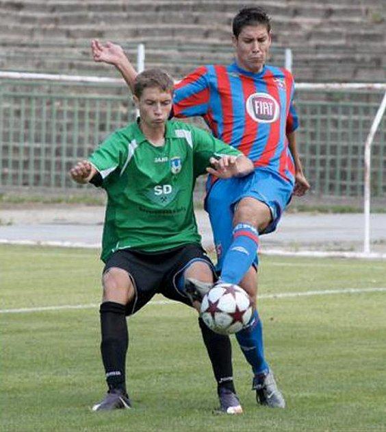 MUŽSTVO FC CHOMUTOV hrálo v sobotu dopoledne na domácím trávníku proti pražskému týmu z Přední Kopaniny a po vyrovnaném průběhu nakonec dokázalo vyhrát 2:1.