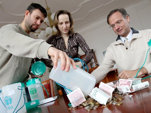 Dárci letos nebyli k Velikonoční sbírkce humanitární organizace Adra štědří. Na snímku Marek a Petra Jiráskovi s náměstkem chomutovské primátorky Janem Řehákem (vpravo) počítají výtěžek sbírky pod názvem Pomáhat může každý.