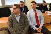 Pavel Karel Markvart (vlevo), bývalý chomutovský radní, před krajským soudem.