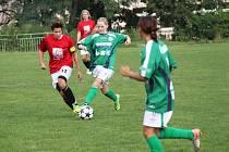 Ervěnická Badinková (vlevo v červeném) v souboji s hráčkou Souše.