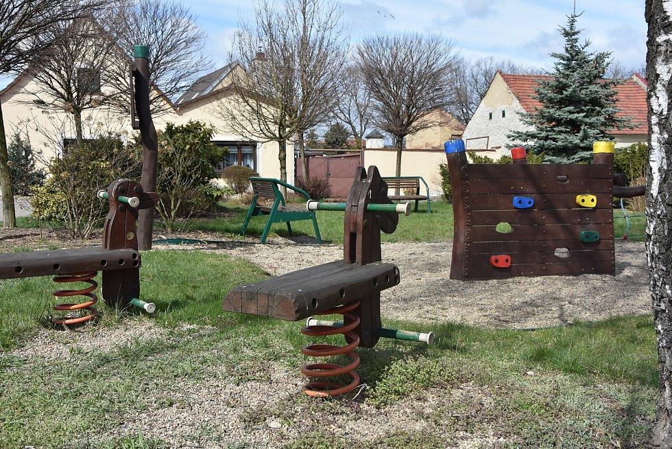 V Nezabylicích mají šest dětských hřišť. Jedno je mezi úřadem a obecním hostincem s odpočívadlem pro cyklisty.
