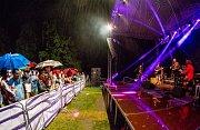 Sobotní koncerty na hlavním podiu u městského divadla v Chomutově zakončila skupina Buty.