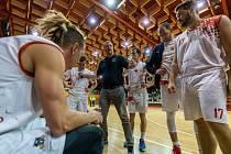 Trenér Levhartů Radek Holuša (uprostřed) má zatím důvody ke spokojenosti.