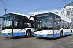 """V areálu dopravního podniku už se skví dva nové autobusy. V příštím týdnu """"připluje"""" i první z trolejbusů."""