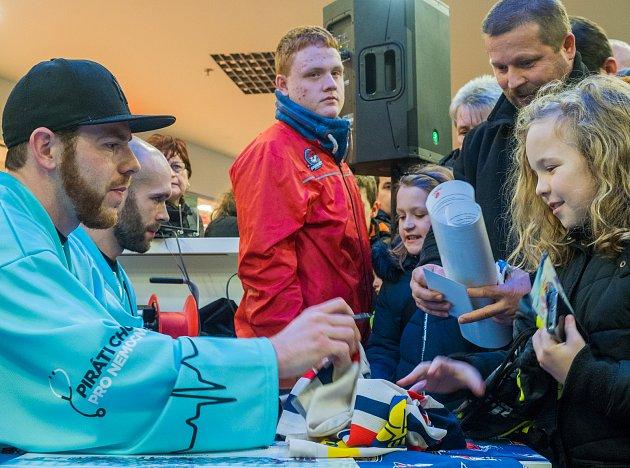 Autogramiády se zúčastnili kapitán Michal Vondrka, Jakub Sklenář a Dávid Skokan. Podepisovali se celé dvě hodiny.