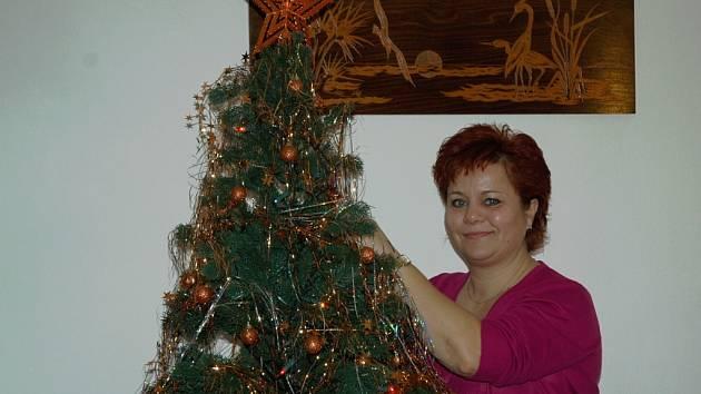 Lenka při zdobení stromku.