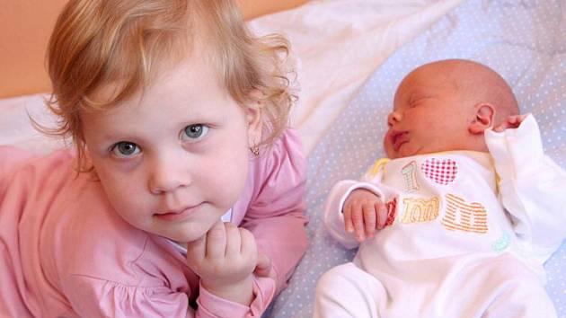 Adéla Ryšavá se přišla do kadaňské porodnice podívat na svého čerstvě narozeného bratříčka Vojtěcha. Toho na svět přivedla maminka Lenka z Račetic 21. března ve 20.28 hodin. Vojtěch po narození měřil 50 centimetrů a vážil 3,22 kilogramu.