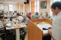 V NOVÉM SÁLE. Zrekonstruovaná zasedací místnost na jirkovské radnici – pohled od řečnického pultu ke stolům zastupitelů.