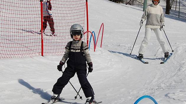 Na Mezihoří lyžaři stále ještě lyžují.