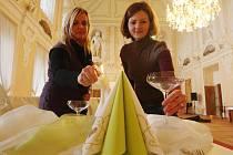 SVATBA NA ZÁMKU. Součástí expozice budou svatebně nastrojené stoly, aby měli ženichové a nevěsty lepší představu, jak by mohla jejich hostina vypadat. Na snímku dokončují úpravy pracovnice propagace Monika Gruss a Jitka Viziová.