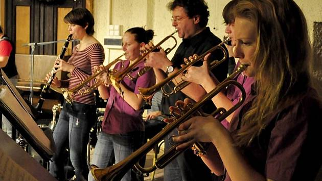 Tequila Band ze ZUŠ Chomutov při jednom ze svých koncertů.