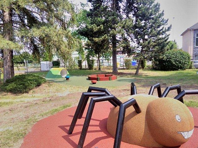 Mateřská školka Alešova má zahradu vylepšenou o nové atrakce i zeleň.