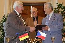 Podpis smlouvy s partnerským městem. Někdejší starosta Jirkova Filip Škapa podepisuje partnerskou smlouvu se svým protějškem z Brand-Erbisdorfu.