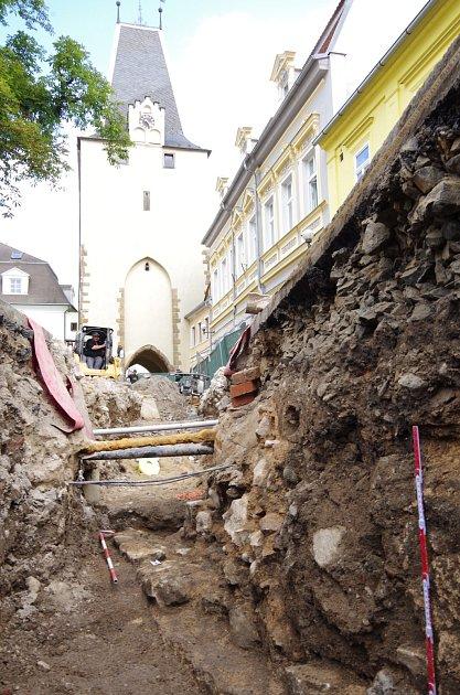 Díky výkopům vodohospodářů se archeologové dostali kpozůstatkům bytelného hradebního opevnění Kadaně. Zvýkopu je vidět Mikulovická brána.