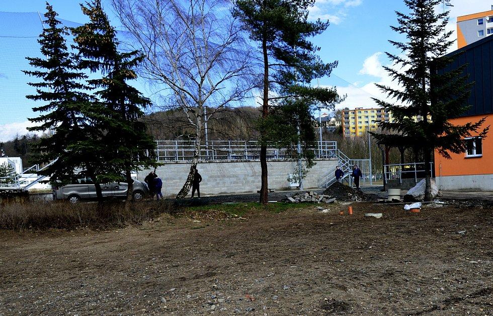 Členové rodiny Chmelíkových uklízeli v rámci jarních brigád prostranství u softbalového hřiště.