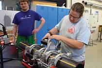 Ve svářečské dílně střední školy ESOZ Chomutov se na snímku učí žáci oboru instalatér pod dohledem mistra pracovat s novou hydraulickou svářečku na plastové potrubí.
