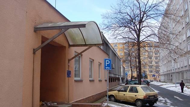 Místo telefonů káva. Z bývalé telefonní ústředny v Chomutovské ulici bude kavárna a sportovní klub. Místní se obávali, že by z ní mohla být herna či diskotéka.