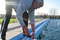 PŘIPRAVENO NA ZIMU. Správce areálu Josef Sýkora kontroluje upevnění PETlahví v bazénu v rámci zazimování.
