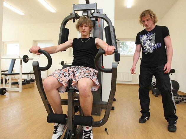 Školní fitcentrum pravidelně využívají studenti průmyslovky Karel Zelinka a David Žižka.
