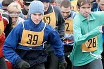 Poslední závod čeká na účastníky kadaňského Zimního běžeckého poháru, na snímku start do minulého Běhu kolem Úhoště, zleva: Tomáš Voltr (25), Miroslav Šimána (35), Jakub Coufal (39), Aleš Filingr (12) a Karel Karas (28).