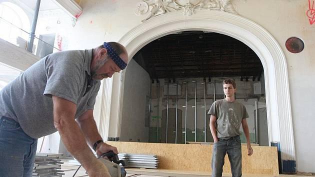 UVNITŘ SÁLU. Dělníci pracují v hlavním sále budoucího kulturního domu.  Rekonstrukce bývalého hudebního klubu by měla být hotová do poloviny října.