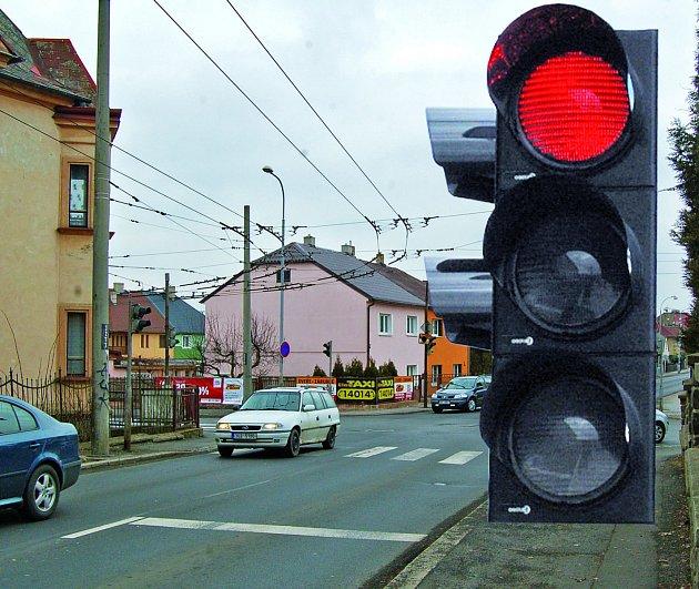 KLASICKÉ SEMAFORY by na některých křižovatkách v Chomutově mohla doplnit zařízení, která by fotila hříšníky, kteří projíždějí na červenou. Nové zařízení by mohlo být například na křižovatce pod kopcem z Březenecké.