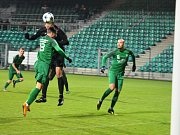 Ani obrana Nymburku nedokázala uhlídat Martina Bočka. Na snímku kanonýr Chomutova (v černém dresu) posílá hlavou míč do levého dolního rohu brány.