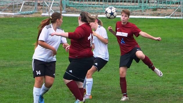 Fotbalistky sdruženého týmu Souš/Ervěnice-Jirkov (v červených dresech)tentokrát na své soupeřky nestačily.
