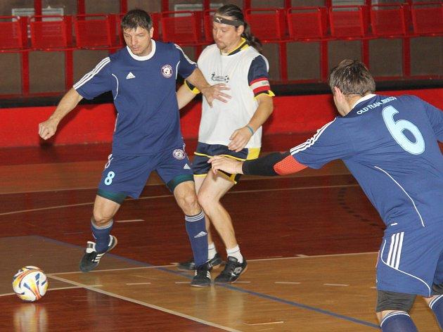 Hospoda pod Kaštany (v modrém) porazila 1.FC N-Fast Kundratice 5:3.
