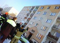 Hořelo v nejvyšším patře paneláku v Chomutovské ulici.