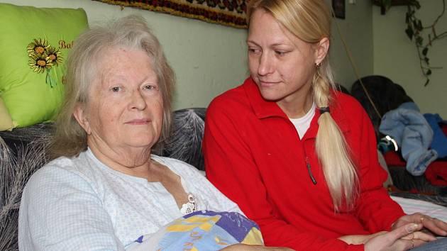 PO ÚRAZU. O paní Janu Červenou teď doma pečuje dcera Jana Červená.