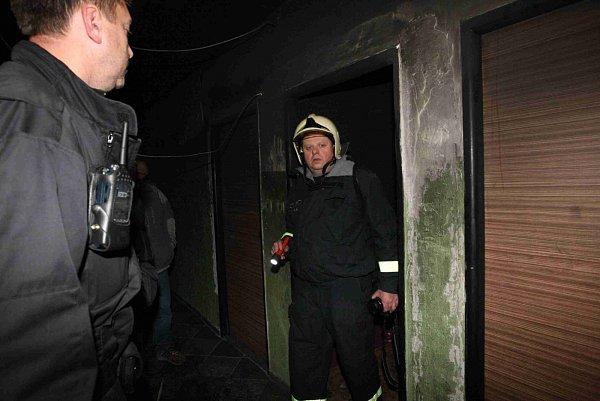 Požár vexperimentu si vyžádal evakuaci stovky lidí