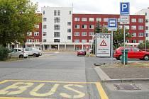 NOVÁ KONEČNÁ. Autobusy a trolejbusy budou začínat a končit tady na provizorně upravené zastávce v ulici Dr. Janského vedle fotbalového hřiště. Aby mohla vzniknout, bylo nutno dočasně zrušit devět míst k parkování.
