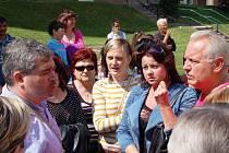 Poklidná diskuze s primátorem Danielem Černým k řešení občanské situace a soužití s Romy na sídlišti Zahradní se po jeho odchodu změnila ve vulgární výměnu názorů mezi starousedlíky a nepřizpůsobivými. Vášně museli přijet zkrotit strážníci.