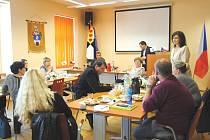 V Jirkově diskutovali o problémech se spekulanty poslanci z parlamentního petičního výboru společně se zástupci města, místních SVJ a ombudsmankou Annou Šabatovou.