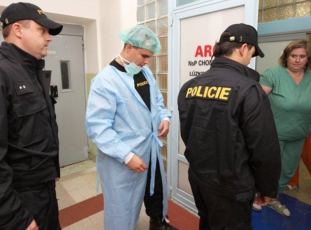 Postřelený útočník se podrobil operaci. Na oddělení ARO v chomutovské nemocnici ho neustále střeží policisté.