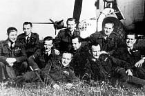 Válečný letec Adam Šípek žil ve Výsluní a v Chomutově. Na snímku je zcela vlevo s osádku Jindřicha Beneše, se kterou útočil 5. května 1945 na ponorku.