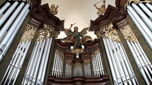 Varhany ve farním kostele Povýšení sv. Kříže v Kadani.