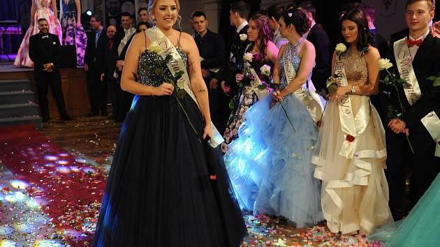 Ve Městském divadle v Chomutově proběhl maturitní ples. Nádherné předtančení studentů, bohatý program, šerpování třídními učiteli přípitek a tradiční házení peněz do plachty.
