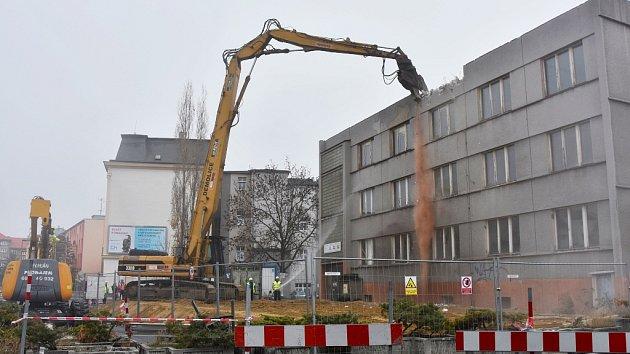 Demolice objektu v Riegrově ulici v Chomutově. Býval v něm živnostenský úřad i azylový dům pro matky s dětmi.