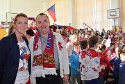 Celá klášterecká škola ZŠ Krátká sledovala hokej. Na začátku zimních olympijských her tam dokonce zařídili olympijské studio s promítacím plátnem