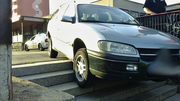 Auto vchomutovské Hornické ulici uvízlo na schodech