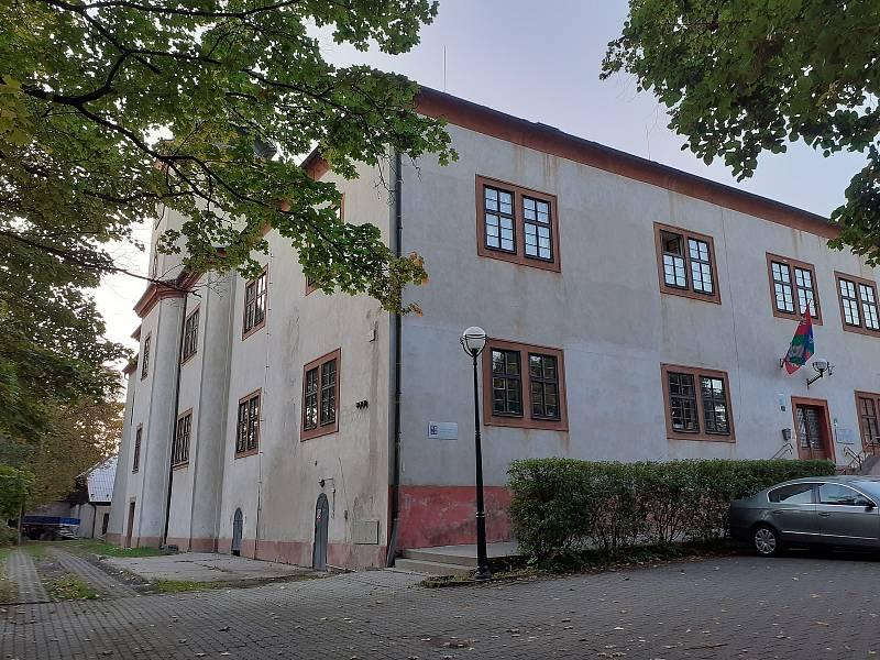 Dětský domov v Mašťově sídlí na zámku. Tomio Okamura tam jako malé dítě zažíval šikanu.