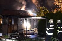 Požár zahradní chatky v Chomutově.