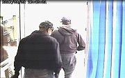 Banku Moneta v Klášterci nad Ohří přepali dva mladí muži v kšiltovkách a šátkem přes ústa.