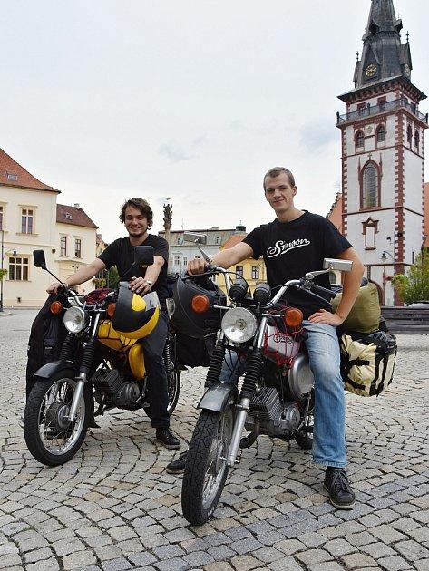 Tomáš Kohút a Marek Hošta vyjedou zChomutova na svých třicet let starých simsonech.