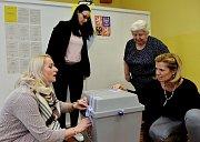První den prezidentských voleb v Údlicích na Chomutovsku. Urna musí být řádně zapečetěná a podepsaná několika členy komise.