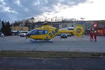 Vrtulník letecké záchranné služby na parkovišti před jirkovským Penny.