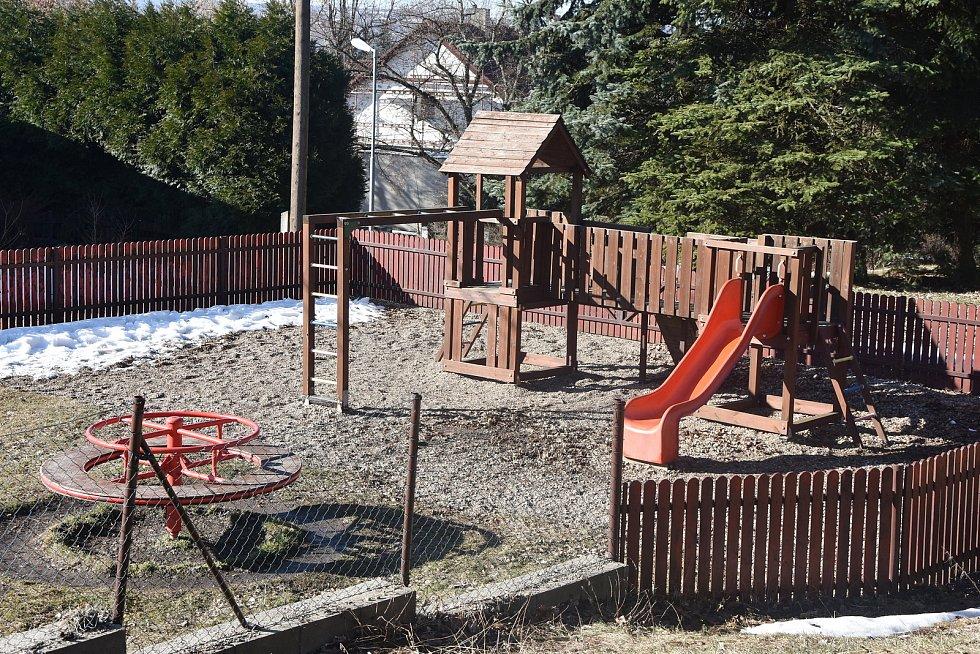 Dětské hřiště v Blatně zůstává otevřené i v době zpřísněné uzávěry. Věří lidem, že se budou chovat rozumně.