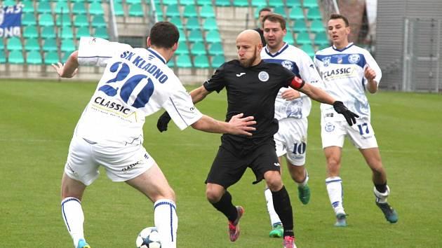 Na snímku v černém Patrik Gedeon FC Chomutov.